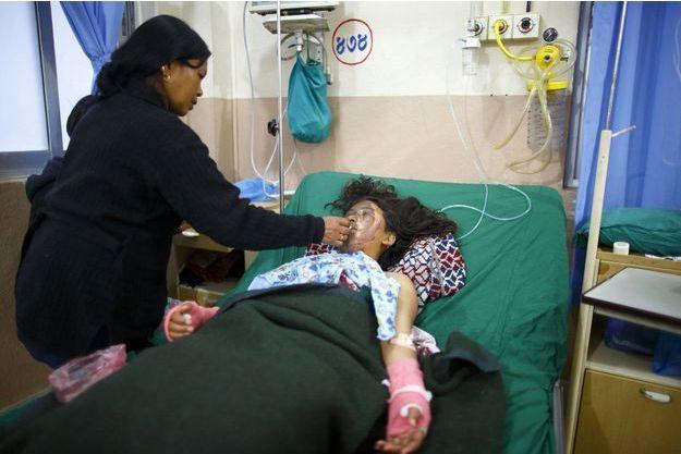 Chameli Magar au chevet de sa fille, Sangita Magar.
