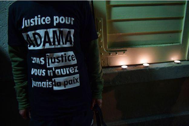 """Un homme portant un tshirt réclamant """"Justice pour Adama"""", en novembre 2016."""