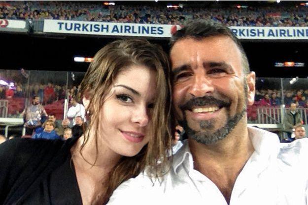Francisco Benitez et sa fille, Allison, alors âgée de 19ans, lors d'un match de foot  à Barcelone en mai2013, deux mois avant sa disparition.