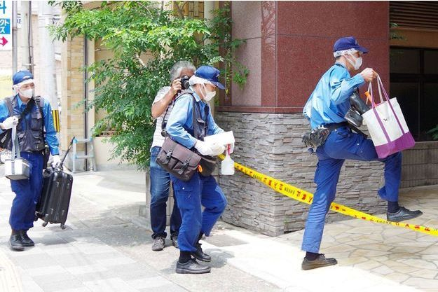 Les enquêteurs fouillent l'appartement où s'est produit le drame.