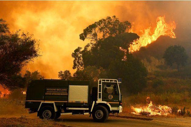 Les pompiers sur le site d'un incendie en Sicile.