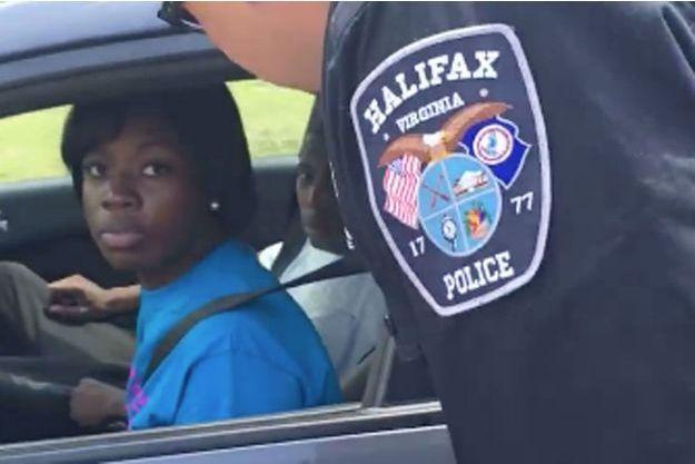 La vidéo de cette femme arrêtée par la police a fait le tour du net.