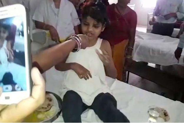La fillette retrouvée au milieu des singes à l'hôpital de Bahraich.