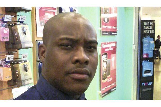 Tibault Baka dans le magasin où il a été agressé.