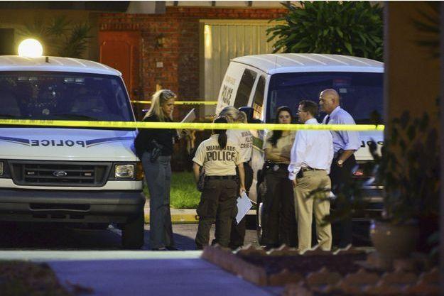 La police se trouve devant la maison de Derek Medina, qui a tué sa femme.