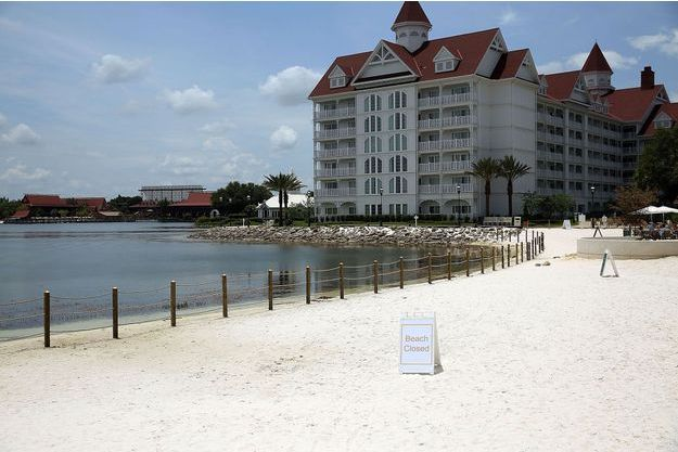 Une portion de la plage artificielle de Disney World fermée après l'attaque.