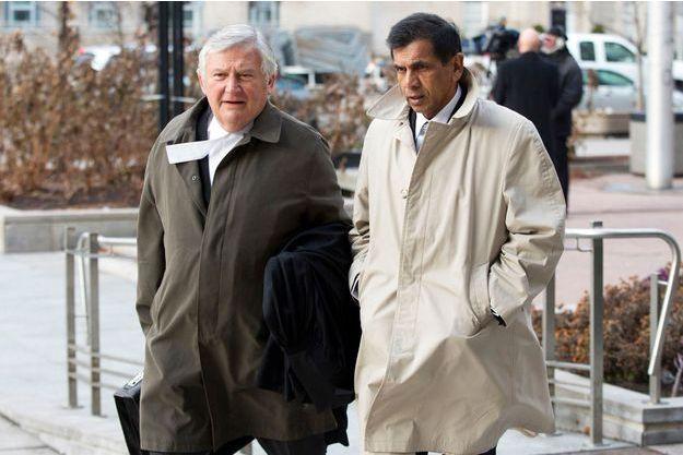 En janvier 2013, George Doodnaught (en beige) avec son avocat.