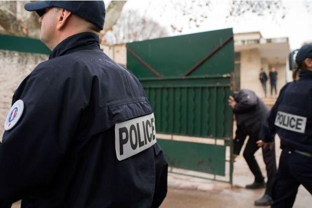 Des policiers protègent une école juive à Marseille après l'attaque d'un professeur.