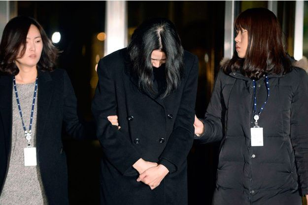 Cho Hyun-Ah tête baissée à la sortie du bureau du procureur, le 30 décembre dernier à Séoul.