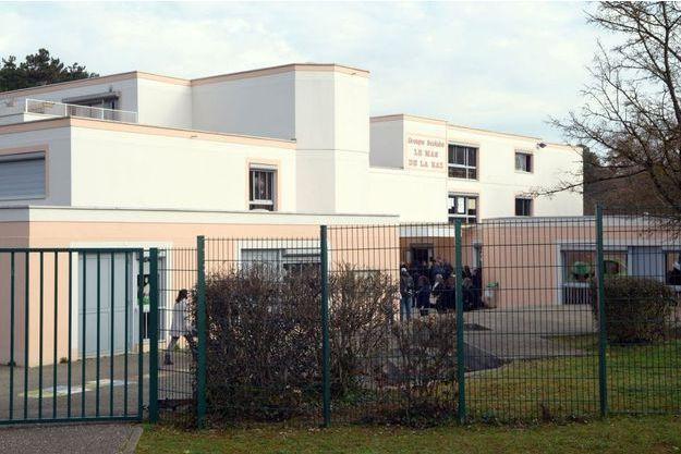 Le suspect est directeur de l'école élémentaire du Mas De La Raz à Villefontaine (Isère).