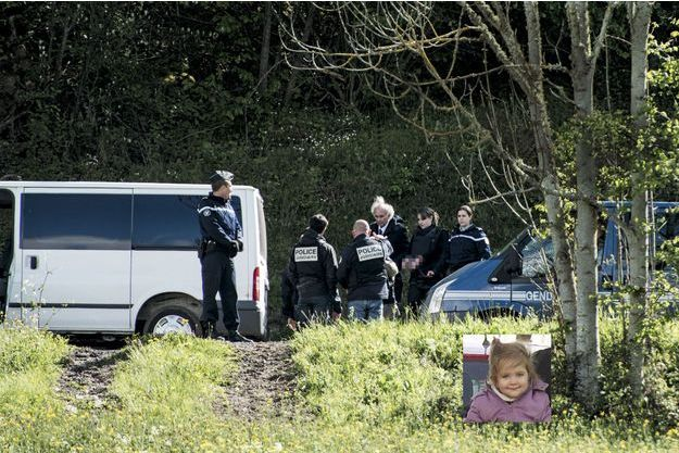 Le 13 mai 2014. Cécile avec son avocat, Me Gilles-Jean Portejoie, sur le lieu des recherches, près du lac d'Aydat, à 20 km au sud de Clermont-Ferrand.