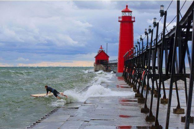 Un surfeur sur le lac Michigan