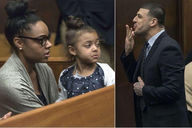 Shayanna Jenkins et leur fille Avielle, pendant qu'Aaron Hernandez lui envoyait des baisers dans la salle du tribunal de Boston, le 12 avril 2017.