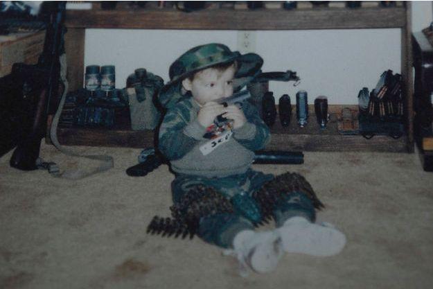 Adam Lanza enfant, entouré d'armes.