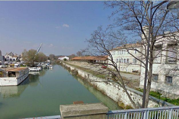 C'est dans un fossé proche de ce canal, à la sortie de Beaucaire, que le corps a été découvert samedi.