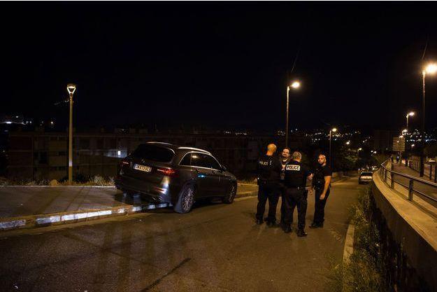 La police à la recherche d'indices après la fusillade qui a fait deux morts à Marseille.