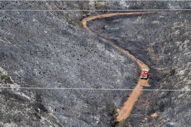 A Carnoux-en-Provence, après l'incendie, le 22 août. Un collégien serait à l'origine de ce feu.