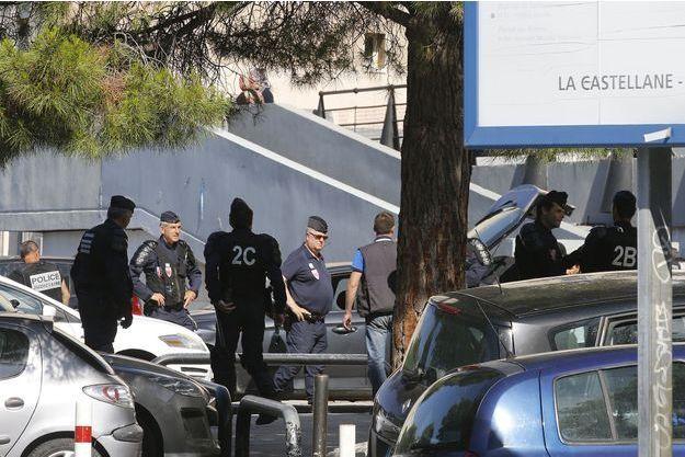 Des policiers dans la cité de la Castellane, à Marseille.