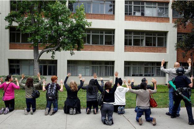 Les étudiants de UCLA, encerclés par les forces de l'ordre