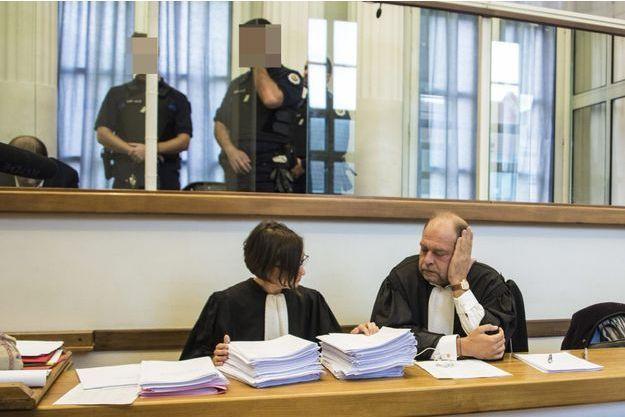 A droite, Me Eric Dupont-Moretti à l'ouverture du procès de son client, Lylian Legrand, le 10 octobre.