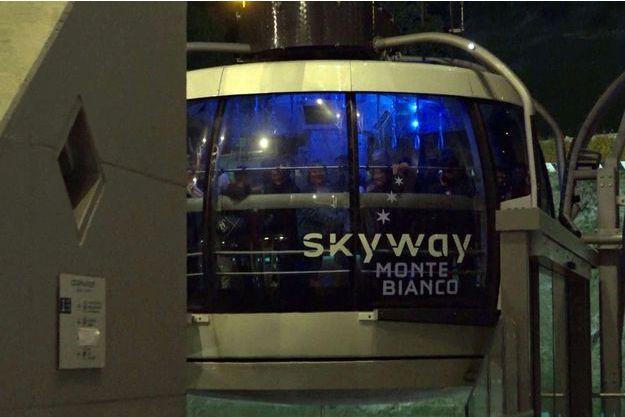 Capture d'écran d'une vidéo d'un groupe de rescapés arrivant à Courmayeur, en Italie, après avoir emprunté un autre téléphérique.