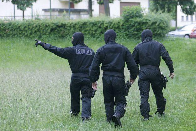 Trois hommes de la DGSI (image d'illustration).