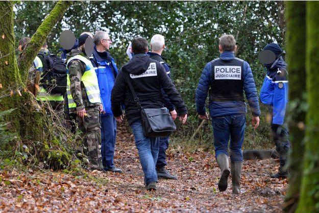 La police à la recherche d'indice sur la disparition de la famille Troadec aux alentours de Dirinon, non loin de Brest.