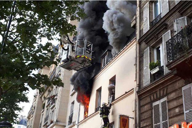 Un mort et onze blessés dans un violent feu d'appartement à Paris.