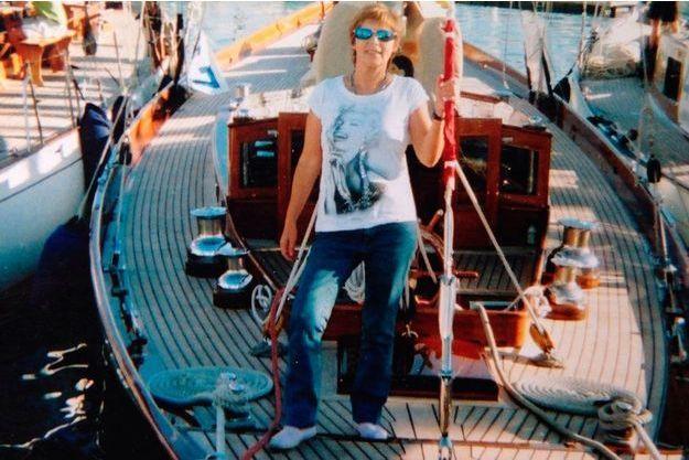 A Cannes, en 2011, Patricia D. pose sur le yacht où elle aurait vécu un mois et demi avec l'une de ses conquêtes masculines.