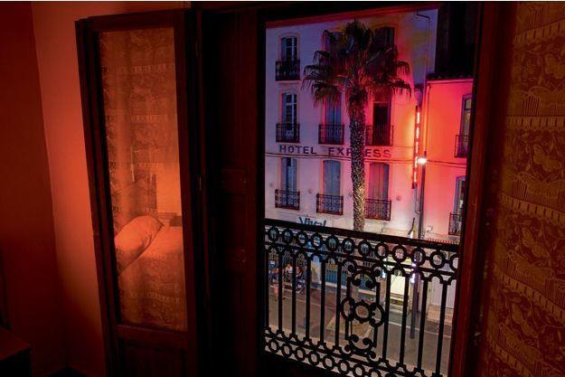 Une chambre de l'hôtel du Berry,  où a vécu Jacques Rançon à  l'époque des faits. De la fenêtre,  on peut épier l'avenue  Charles-de-Gaulle et la gare, à  150 mètres à gauche.