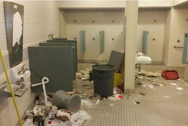 Plusieurs pièces de la prison de Kingman ont été mises à sac par les détenus.