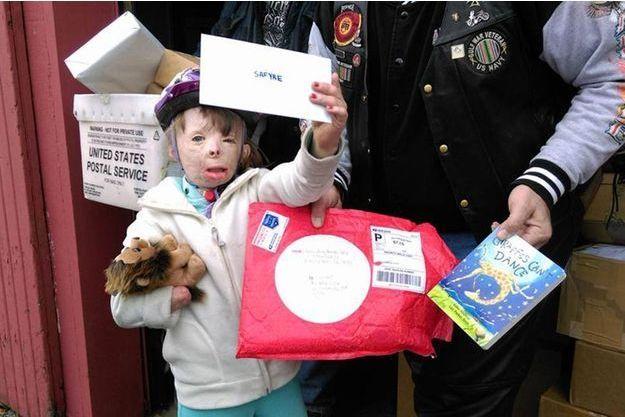 La petite Safyre, heureuse de recevoir tout ce courrier