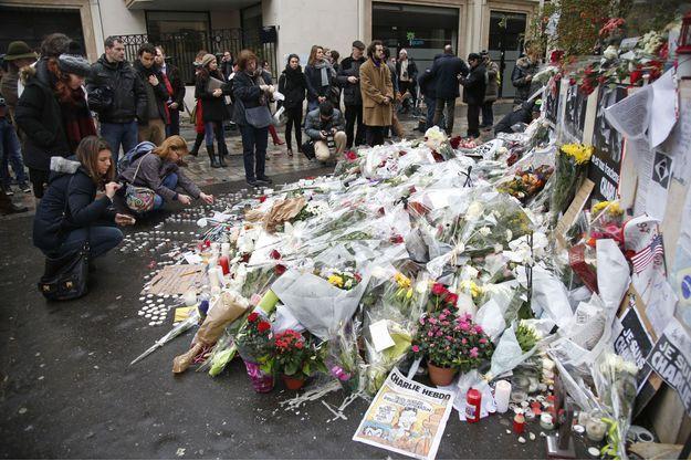 Hommage près des locaux de Charlie Hebdo.