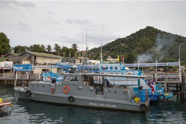 Les policiers ont enquêté sur et autour des bateaux amarrés dans le secteur.