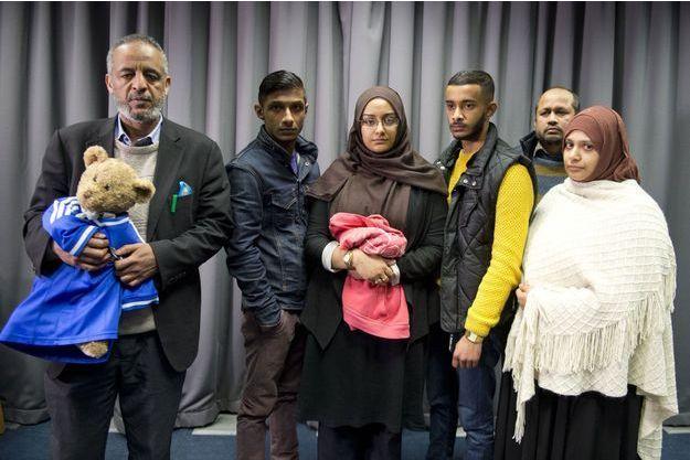 Les familles d'Amira Abase et de Shamima Begum lors de la conférence de presse organisée dimanche à Scotland Yard.