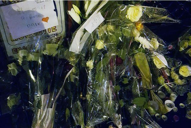 Rue de la Roquette, de nombreuses fleurs, messages et bougies rendent hommage à Hismaël.