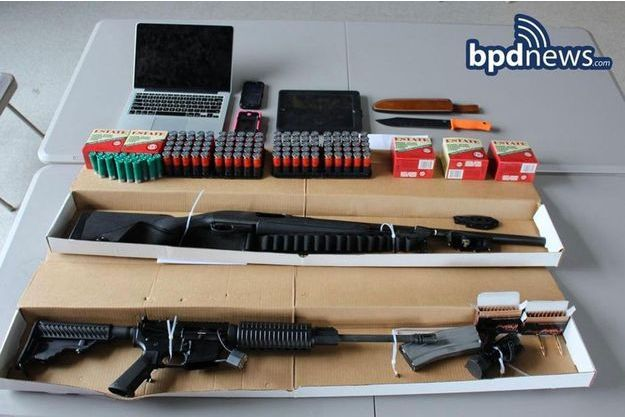 Les armes retrouvées dans la voiture des suspects.