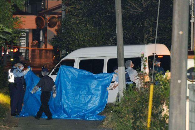 La police relève des indices devant la maison où une mère et ses deux filles ont été retrouvées mortes.