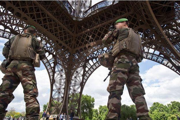 Militaires de l'opération Sentinelle à Paris, sous la tour Eiffel, en mai dernier (photo d'illustration).