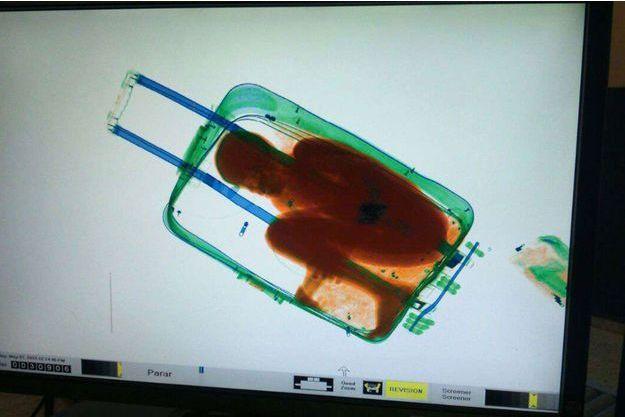 L'enfant était caché dans la valise