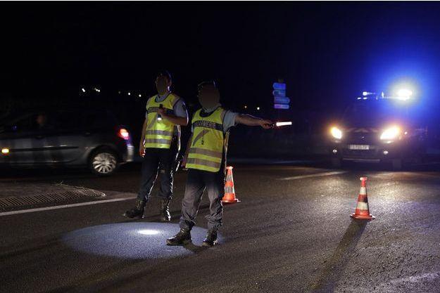 Des gendarmes à la sortie de Sept-Sorts, où le drame s'est produit.