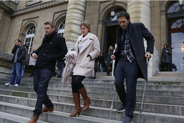 Ian Griffin, à droite, en béquilles, devant la cour d'assises de Paris