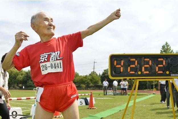 Hidekichi Miyazaki prend la pose inventée par Usain Bolt.