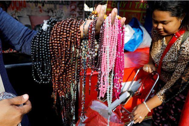 Un vendeur de rosaires à Obando, aux Philippines, le 17 mai 2017.
