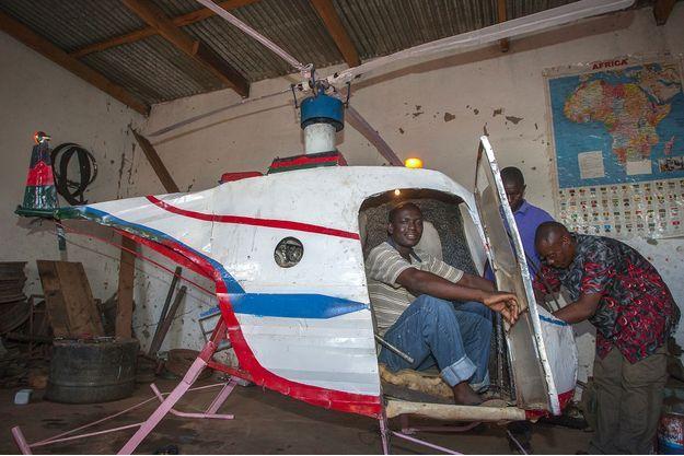 Félix Kambwiri, un soudeur malawien de 45 ans, est parvenu à mettre au point un hélicoptère monoplace pour la somme de 350 dollars.