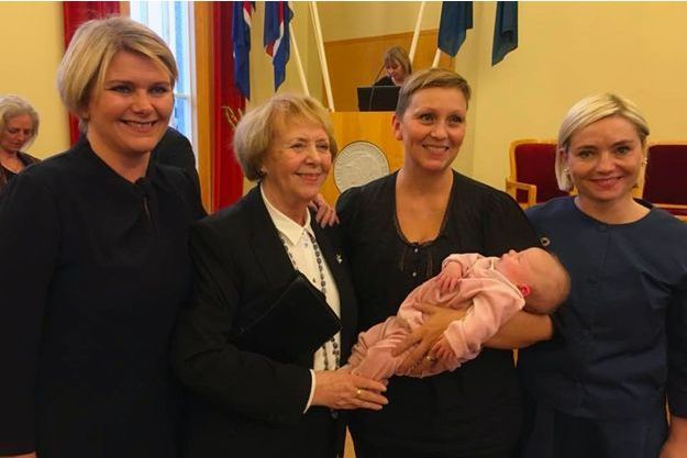 Unnur Bra Konradsdottir tient son bébé dans ses bras