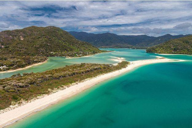 La plage d'Awaroa, située dans le parc national Abel Tasman dans l'extrême-nord de l'Île du Sud de la Nouvelle-Zélande