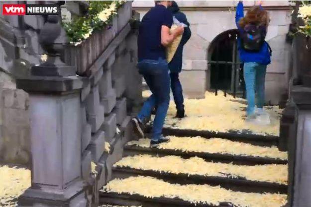 Les manifestants lancent des frites sur l'hôtel de ville de Gand
