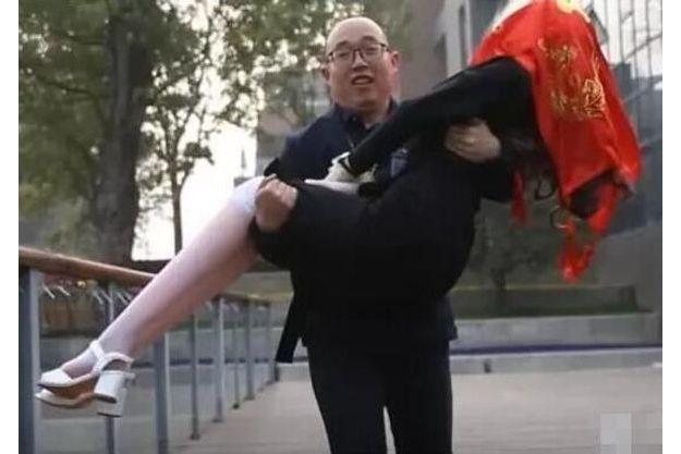 """Zheng Jiajia lors de son """"mariage"""" avec Yingying, son robot humanoïde."""