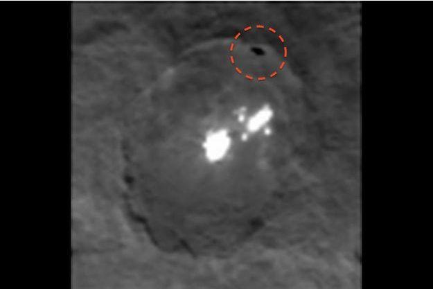 Cette tâche sombre a été photographiée par la sonde Dawn à proximité des lumières de Cérès.